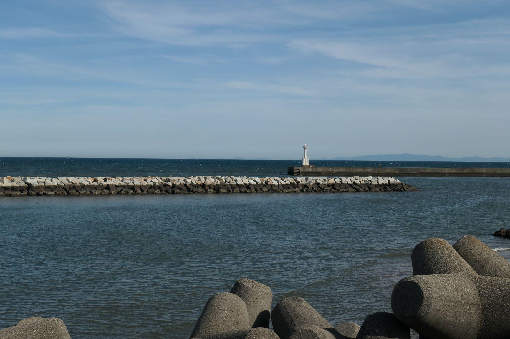 快晴で波穏やかな港